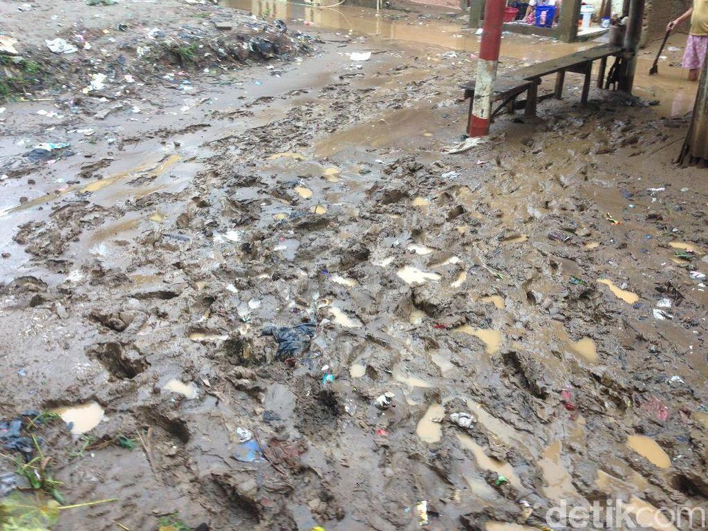 Banjir Surut, Kampung Arus Cawang Kini Dipenuhi Lumpur dan Sampah