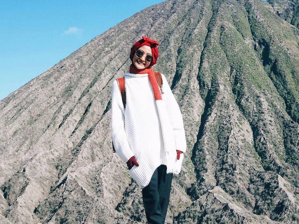 Foto: Inspiratif, Traveler Berhijab Ini Selalu Stylish Saat Jelajahi Nusantara