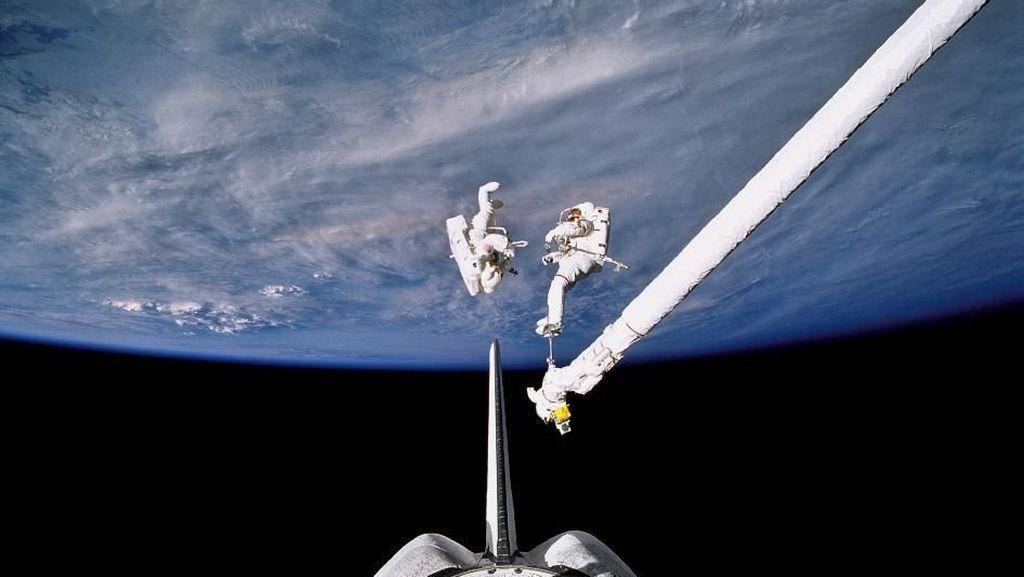 Keren! Astronot Berjalan di Antariksa Sambil Melihat Bumi