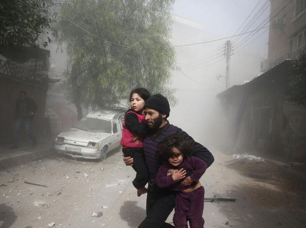 Jerit Tangis Anak-anak Korban Bom di Ghouta