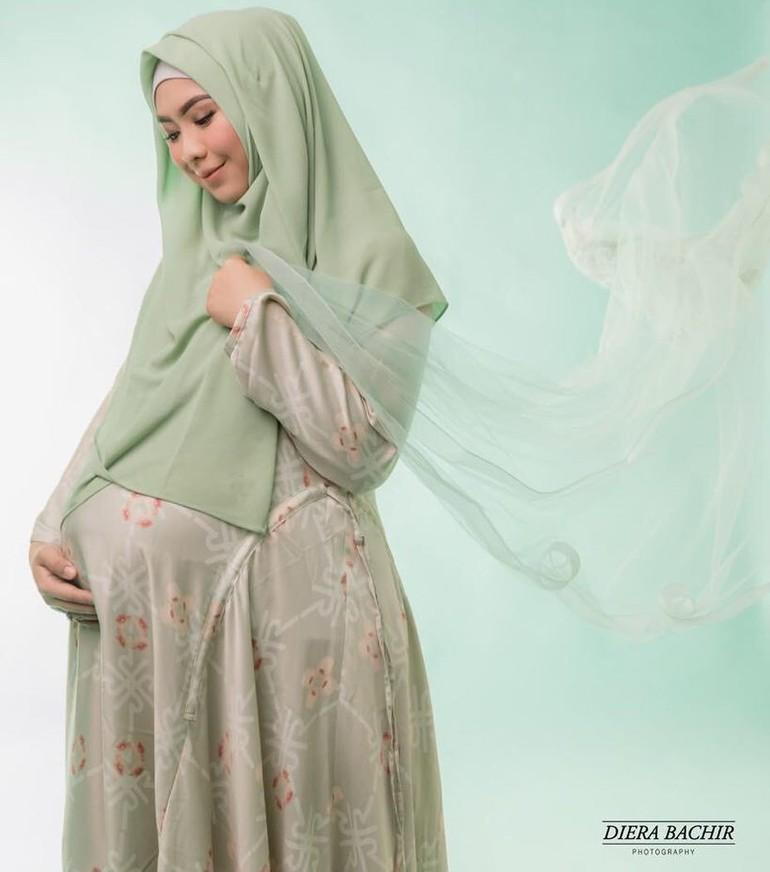 Inspirasi Foto Hamil Ala Artis Berhijab, Dari Nycta Gina Hingga Siti