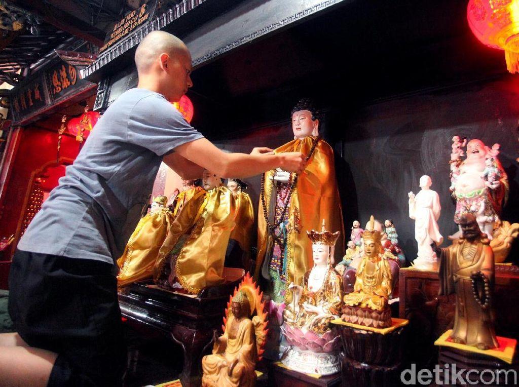 Melihat Ritual Pencucian Patung Dewa Jelang Imlek
