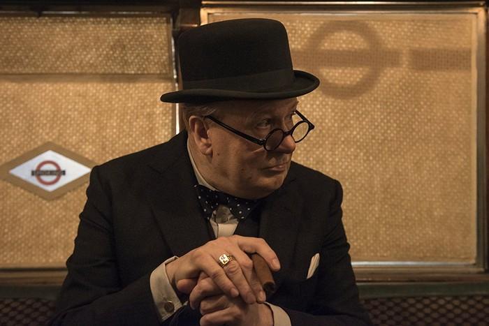 Gary Oldman menunjukan kelasnya saat memerankan tokoh Winston Churchill di film Darkest Hour. (Dok. Focus Features)