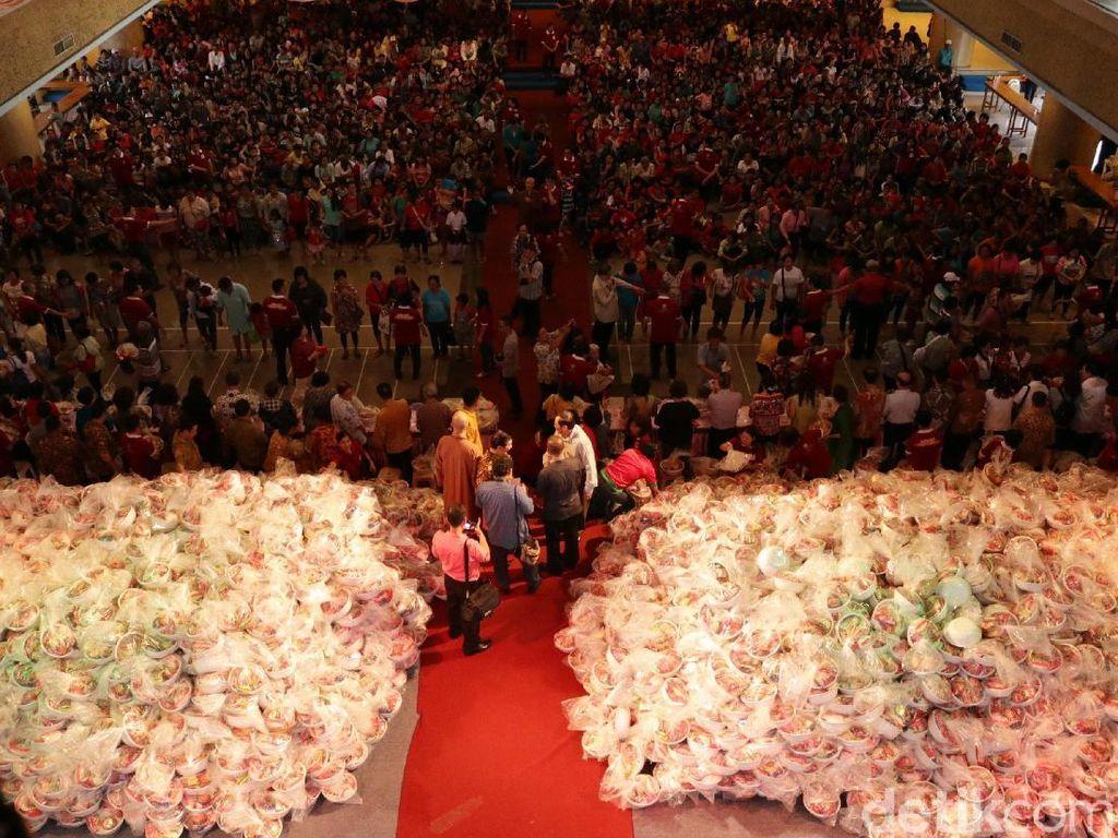 Ribuan Orang Antre untuk Terima Bingkisan Imlek