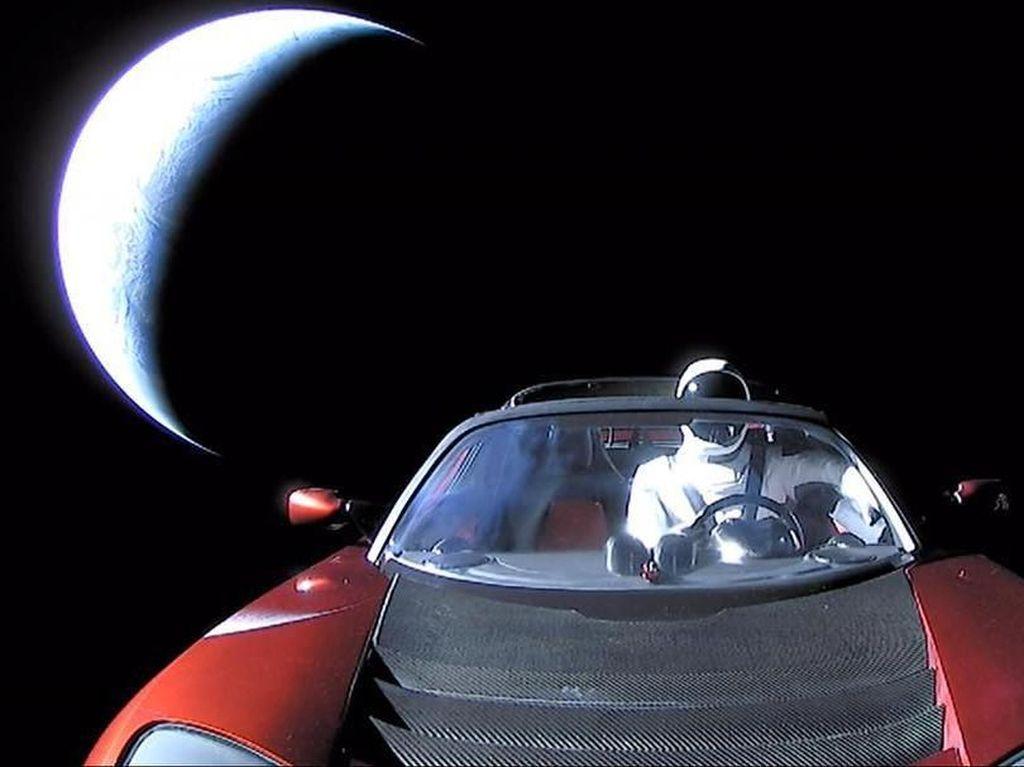 Berkelana ke Mars, Starman dan Tesla Terus Jadi Meme Kocak