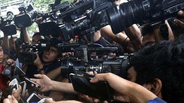 Dirut PLN Sofyan Basir (kiri) menjawab pertanyaan wartawan seusai melakukan pertemuan dengan KPK di gedung KPK Jakarta, Kamis (26/1). Kedatangan Dirut PLN itu untuk membahas rencana pengamanan proyek-proyek di PLN agar bebas dari korupsi dan gratifikasi. ANTARA FOTO/Wahyu Putro A/kye/17