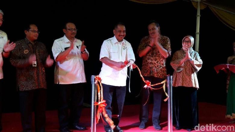Menpar Arief Yahya memotong pita dalam peluncuran BOP Borobudur (Pratiwi/detikTravel)