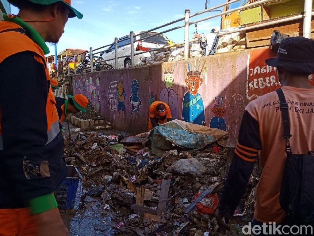 Potret Semangat Pasukan Oranye Bersihkan Sampah Banjir Kali Pulo