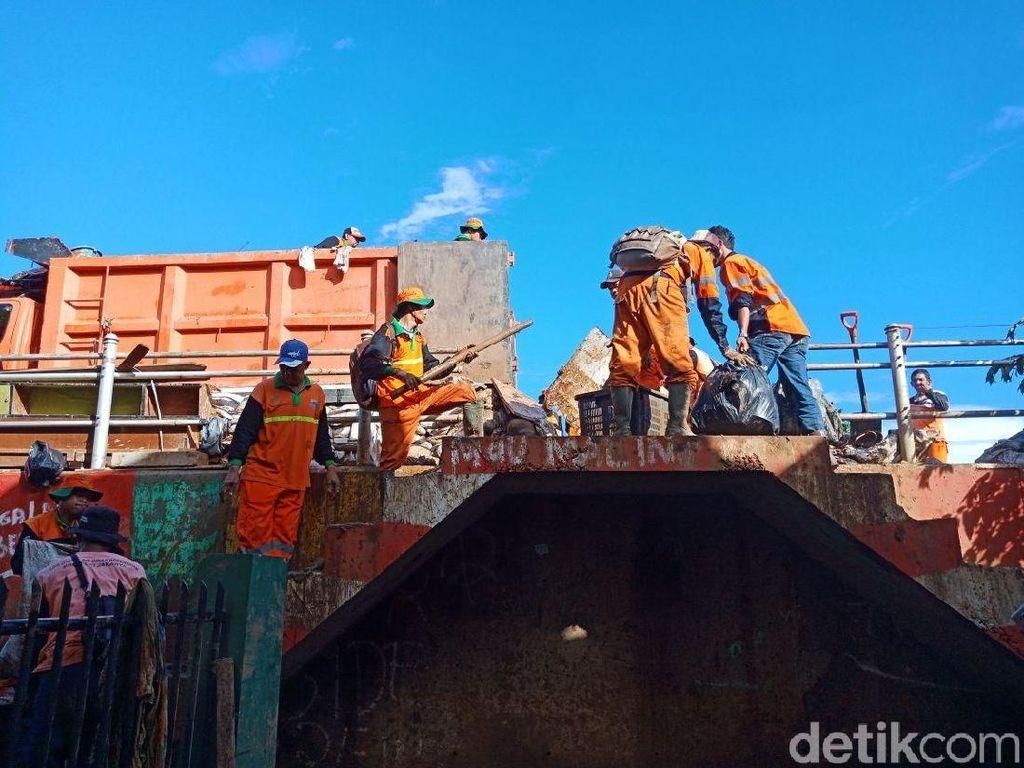 Petugas Angkut 5 Ton Sampah Sisa Banjir di Kampung Pulo