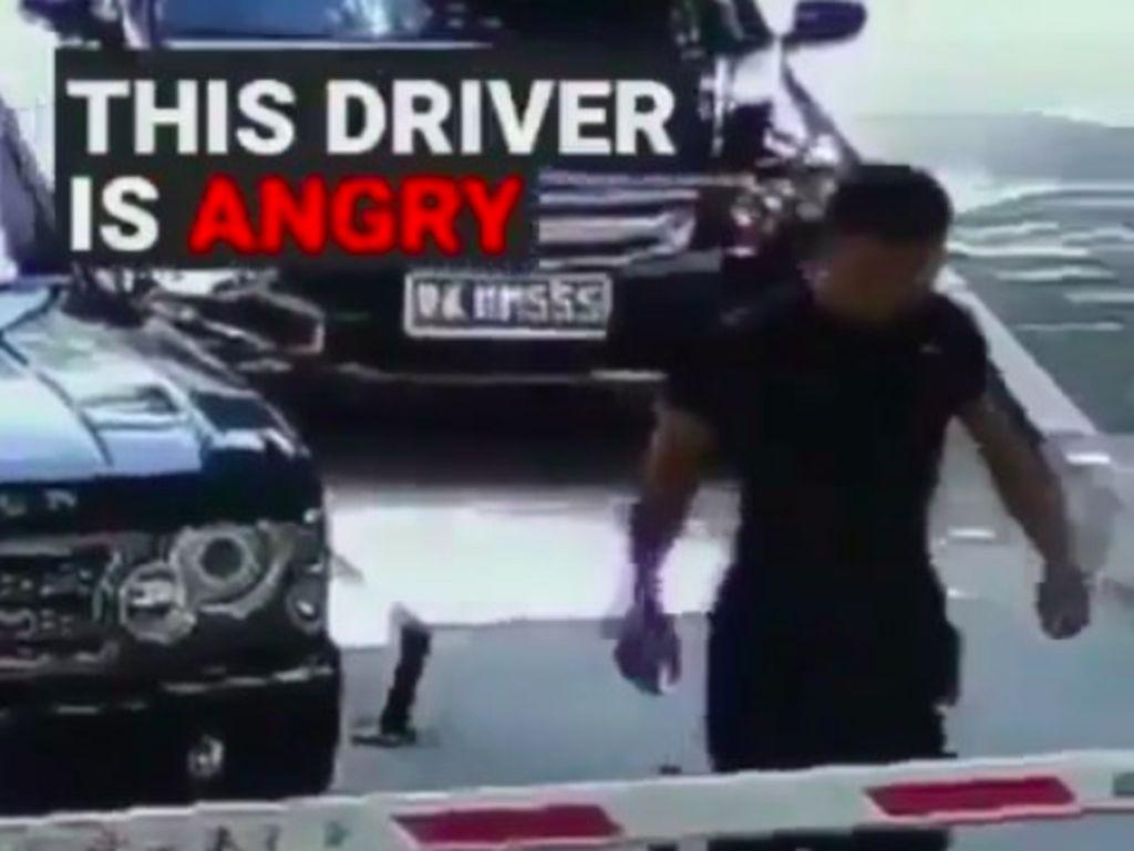 Lama Tunggu Petugas Parkir, Pria Ini Ngamuk Hancurkan Portal