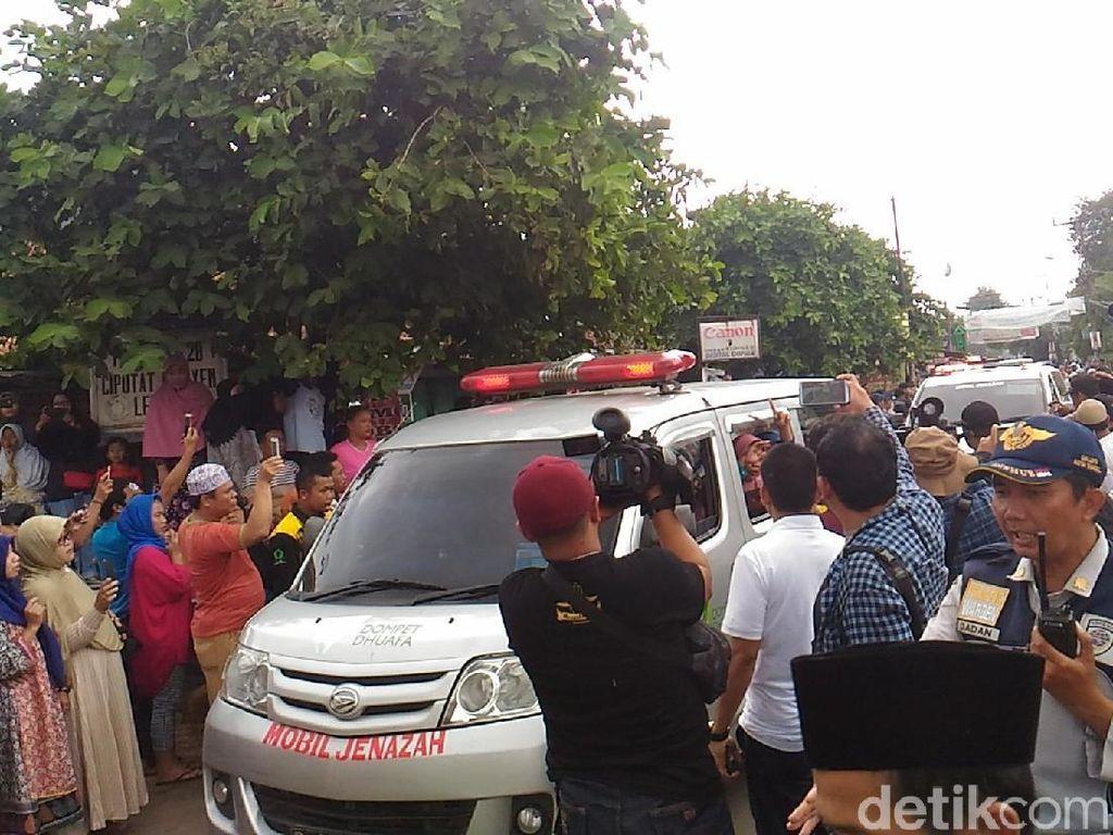 Jenazah Korban Bus Tanjakan Emen Tiba di Masjid Nurul Iman Ciputat