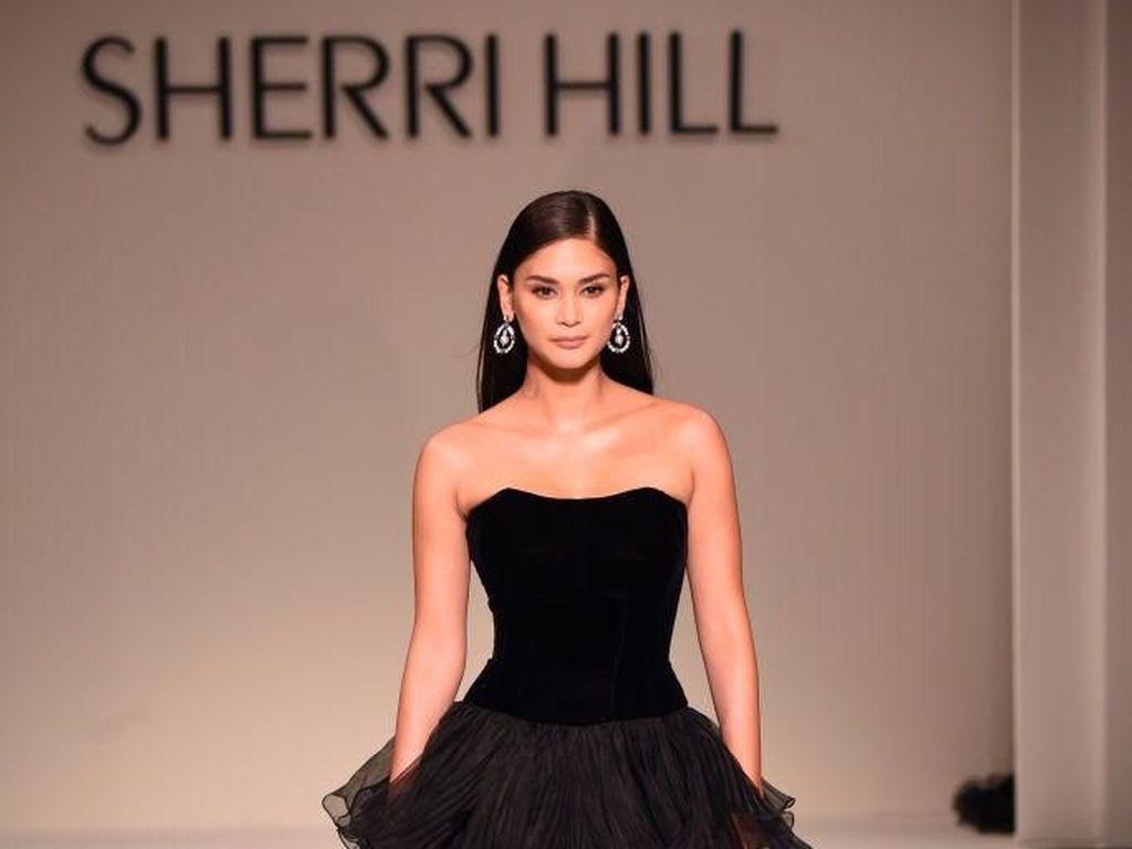 Foto: Aksi 2 Miss Universe yang Cantik Mempesona di New York Fashion Week