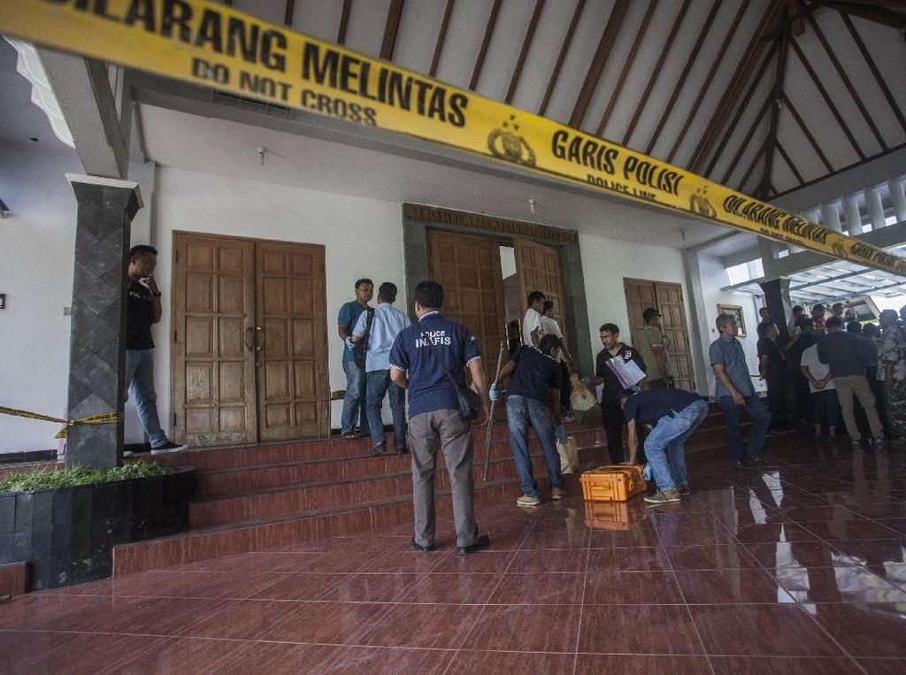 Foto: Olah TKP di Gereja Lidwina Sleman yang Diserang