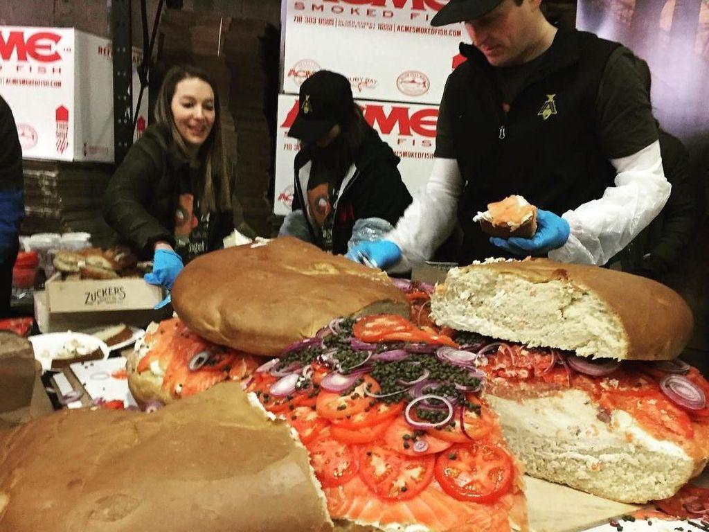 Cobain Deh Makan Roti Bagel Raksasa yang Pecahkan Rekor Dunia