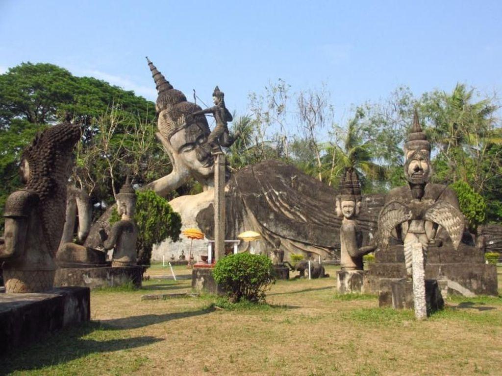 Patung-patung Hindu & Buddha Berdiri Berdampingan di Taman Ini