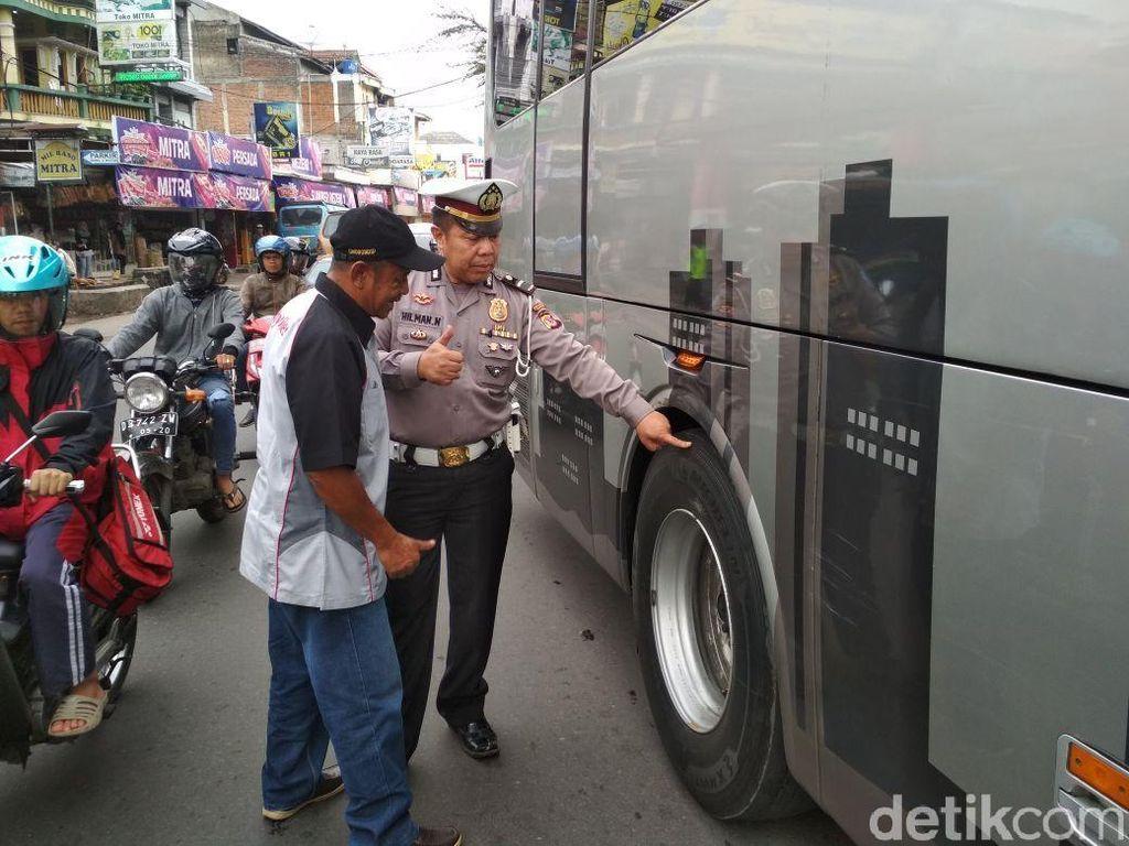 Antisipasi Kecelakaan, Polisi Periksa Bus Pariwisata di Garut