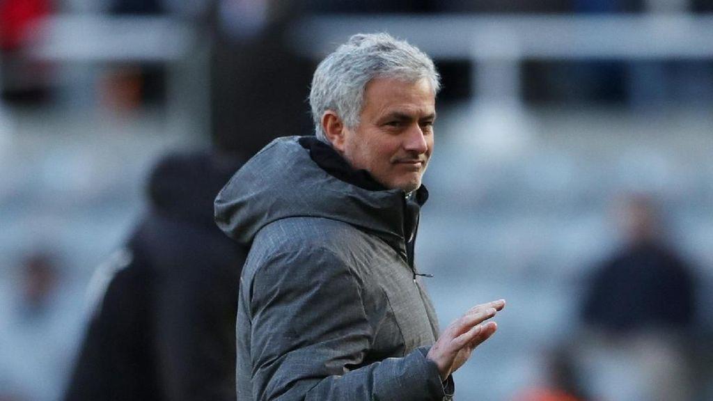 Video Mourinho Peluk Reporter yang Tanya Soal McTominay