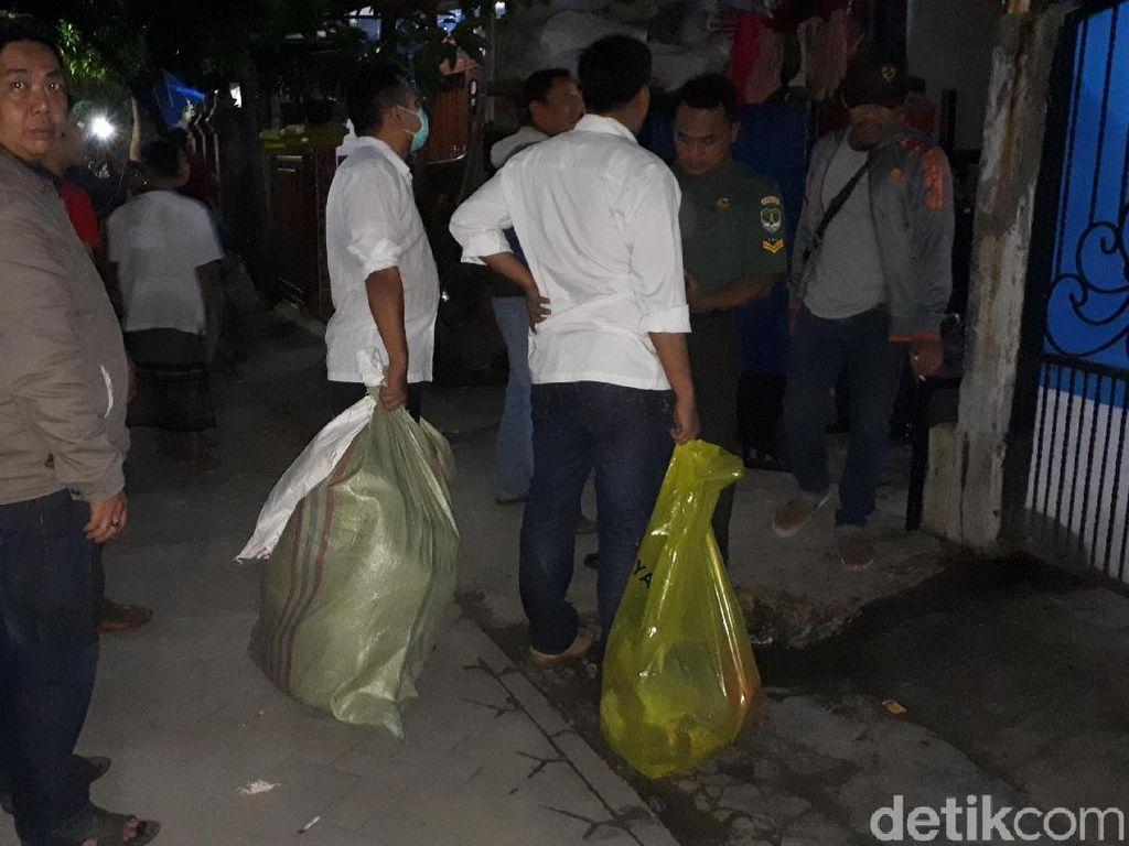 Polisi Bawa Barbuk dari TKP Pembunuhan Ibu dan 2 Anak di Tangerang