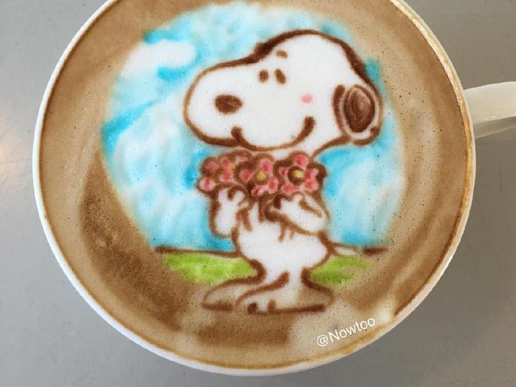 Ah, Lucunya  Snoopy dan Doraemon Dalam Goresan Latte Art Barista Nowtoo Sugi Ini!