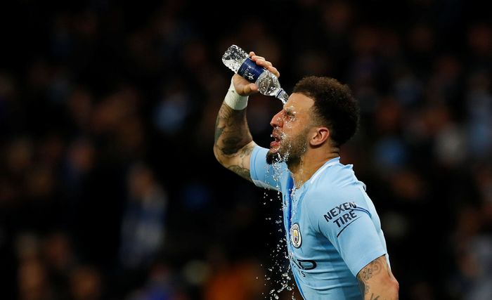 Soccer Football - Premier League - Manchester City vs Leicester City - Etihad Stadium, Manchester, Britain - February 10, 2018   Manchester Citys Kyle Walker pours water over his face   Action Images via Reuters/Jason Cairnduff    EDITORIAL USE ONLY. No use with unauthorized audio, video, data, fixture lists, club/league logos or