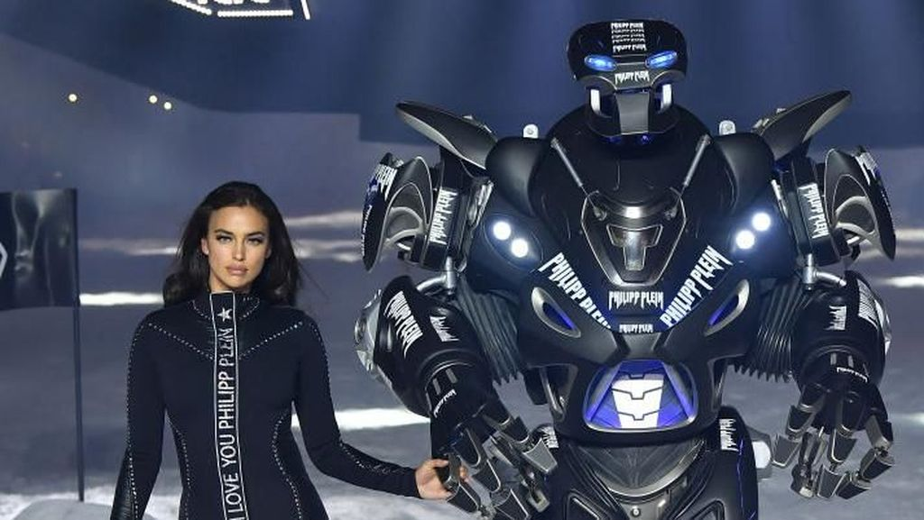 Foto: Unik, Robot Jadi Model di Catwalk New York Fashion Week