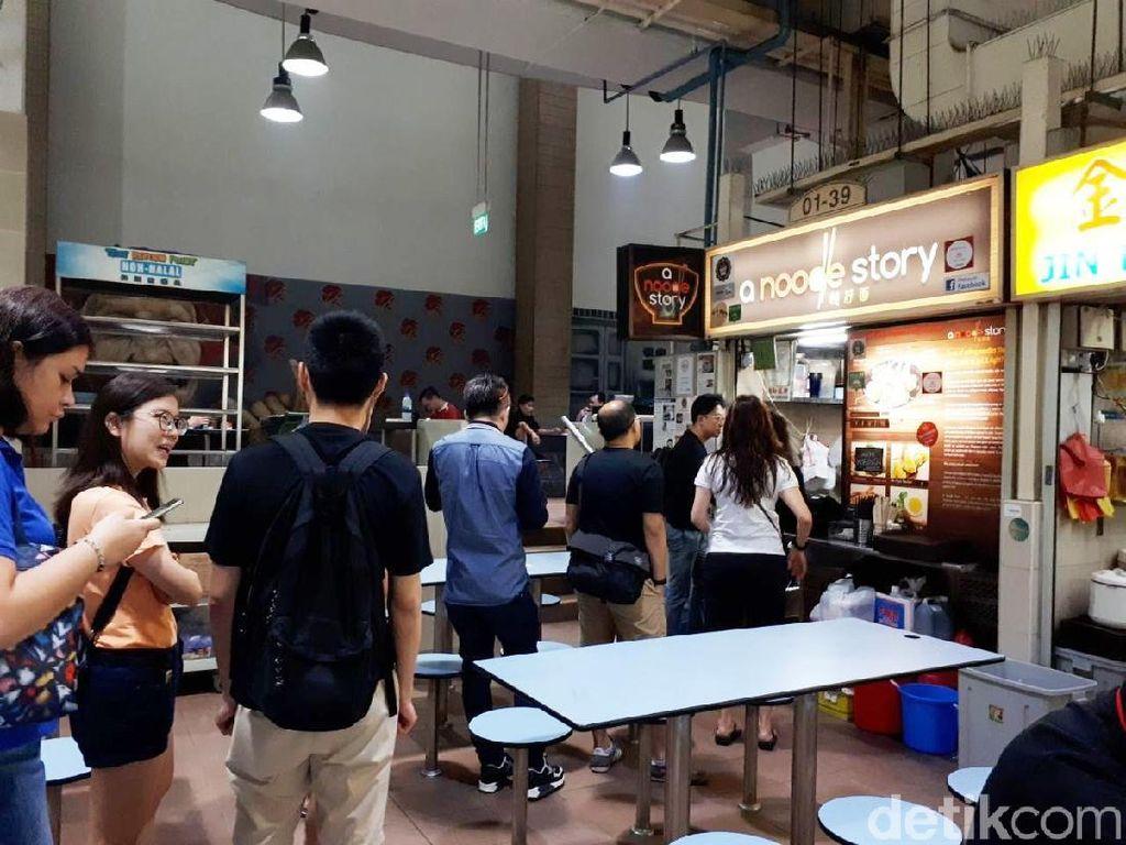Rela Antre 1 Jam Demi Ramen Gaya Singapura yang Harganya Terjangkau!