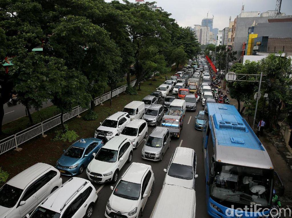 Kemacetan Mengular, Imbas Demo Sopir Angkot di Tebet