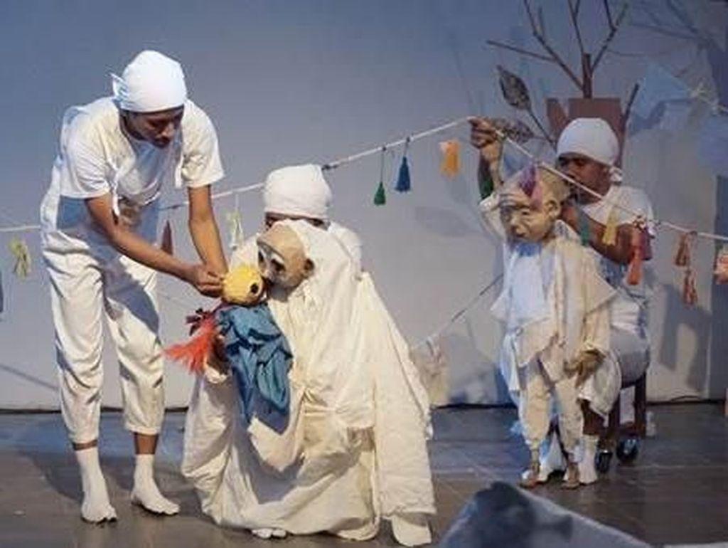 Papermoon Puppet Theatre Sukses Pentaskan Dunia Putih Siwa & Malini di Bali