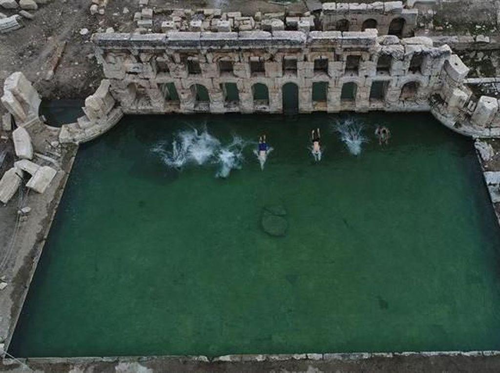 Foto: Mandi di Kolam Romawi Berusia 2000 Tahun Saat Musim Dingin