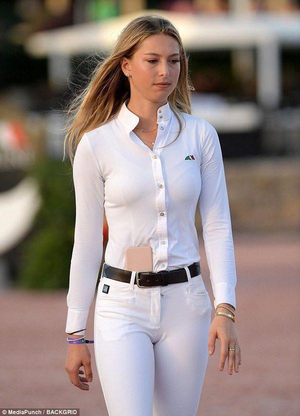 Eve Jobs tampak membawa iPhone dengan cara memasukkanya di celah celananya. Tidak dimasukkan saku atau tas seperti pada umumnya. Foto: DailyMail