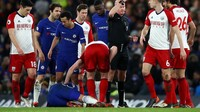 Evans kemudian mendapat acungan kartu kuning dari wasit Lee Mason akibat pelanggaran kerasnya terhadap Giroud. (Foto: Julian Finney/Getty Images)