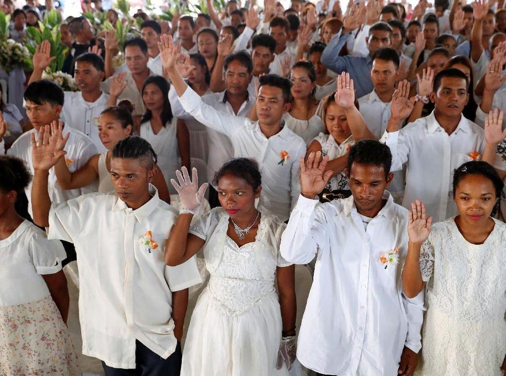Foto: Jelang Valentine, Tua-Muda Ikuti Nikah Massal di Filipina