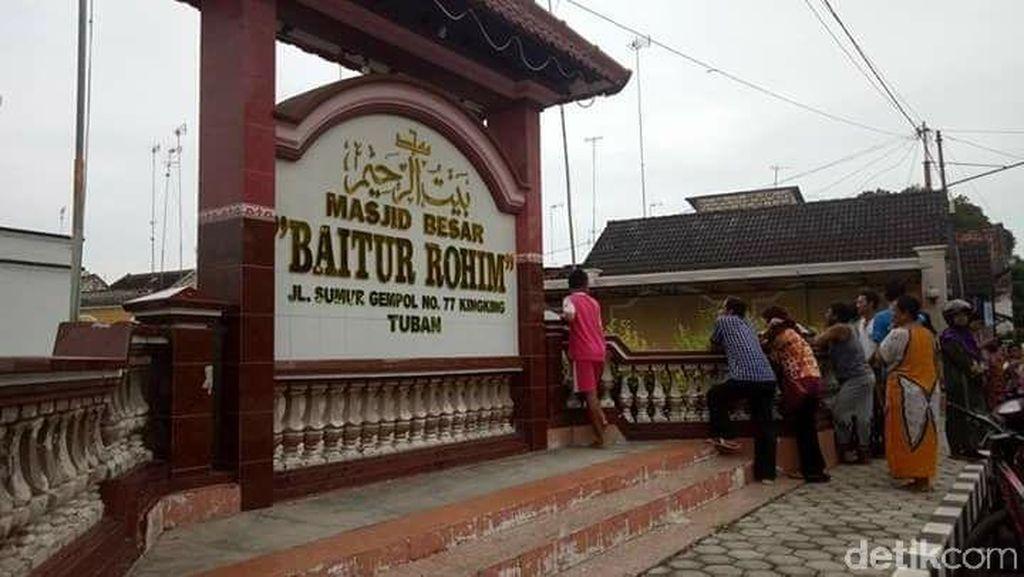 Foto: Pria Ngamuk Pecahkan Kaca dan Jendela Masjid di Tuban