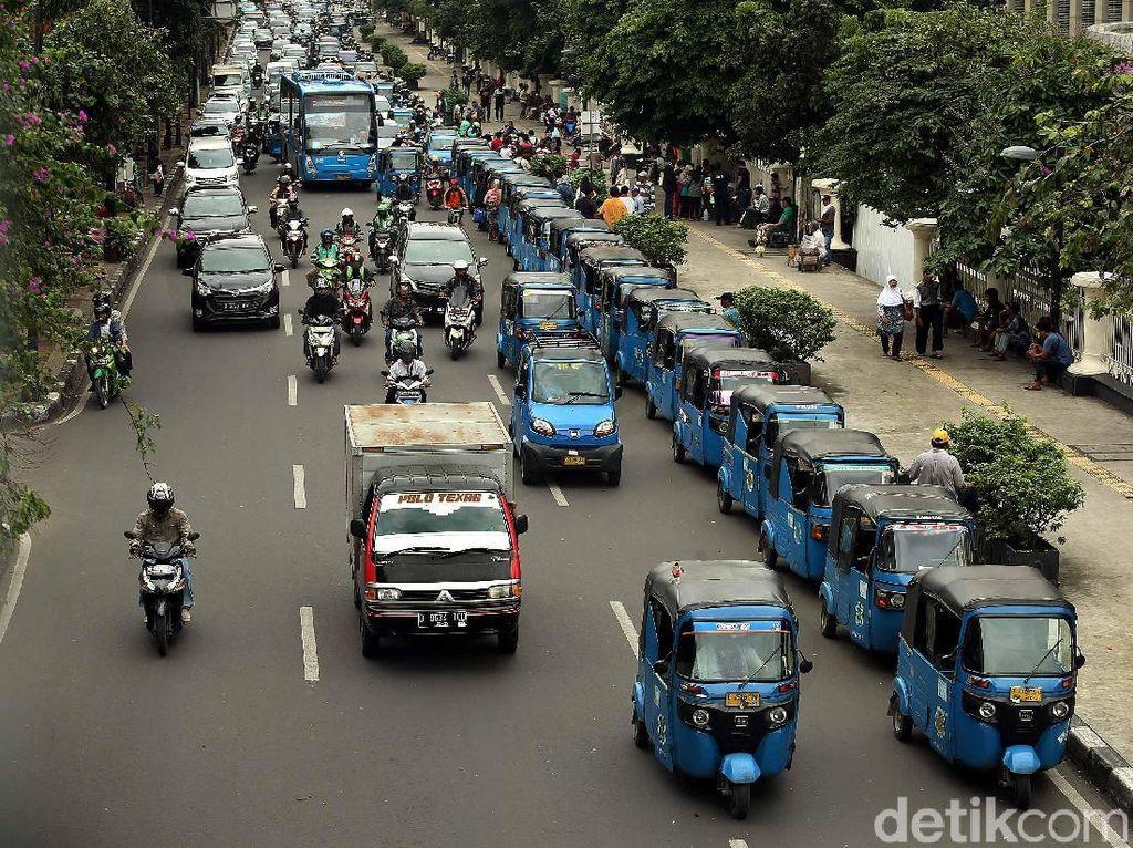 Hobi Mangkal, Bajaj Bikin Macet Jalan Diponegoro