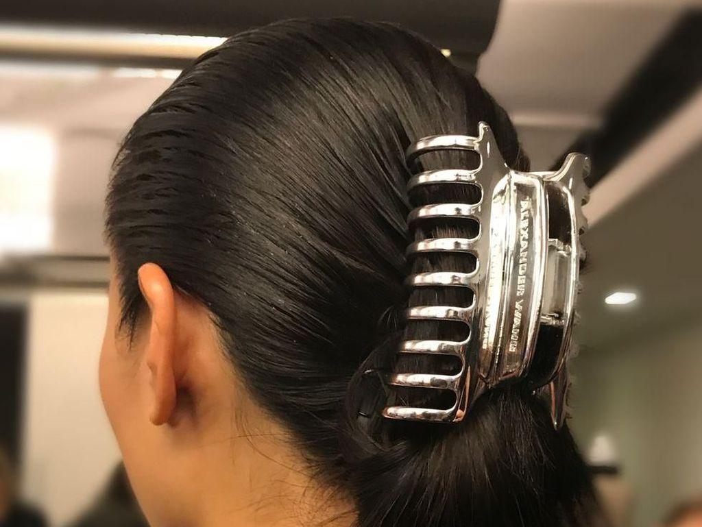 Jepit Rambut Ibu-ibu & Bando Jadul 90-an Hadir di New York Fashion Week