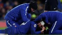 Akibat insiden tersebut selama beberapa waktu Giroud harus mendapatkan perawatan dari staf medis di atas lapangan untuk menghentikan darah di kepalanya. (Foto: Andrew Couldridge/Action Images via Reuters)