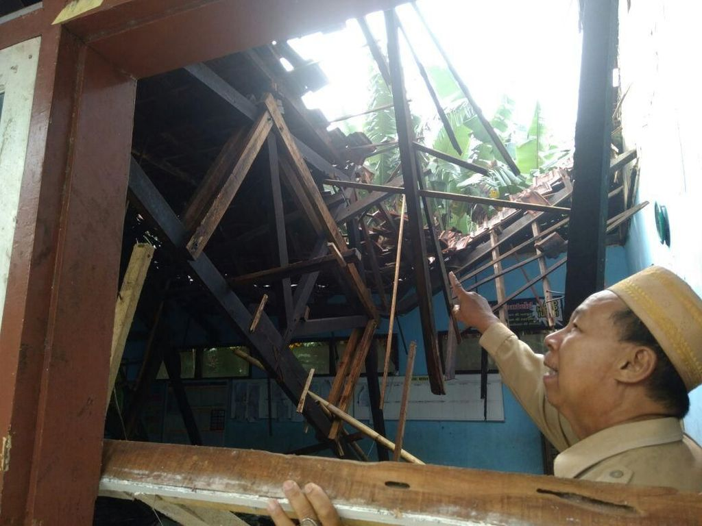 Hujan dan Angin Kencang, Gedung dan Atap SD di Probolinggo Ambruk