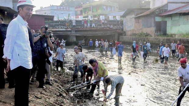 Presiden Jokowi memantau pembanguan infrastruktur yang menggunakan dana desa di Desa Batu Merah, Ambon, Maluku, Rabu (14/2/2018).