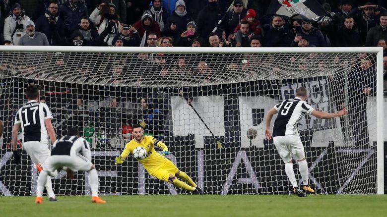 Juventus malah menggandakan keunggulannya di menit ke-9, lewat penalti Higuain. Penalti diberikan wasit Felix Brych setelah melihat Ben Davies melanggar Federico Bernardeschi. (Foto: Paul Childs/Action Images via Reuters)