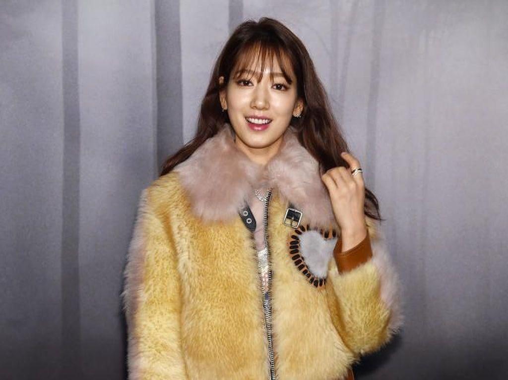 Park Shin Hye Sumbang 90.000 Pembalut untuk Gadis Remaja Kurang Mampu