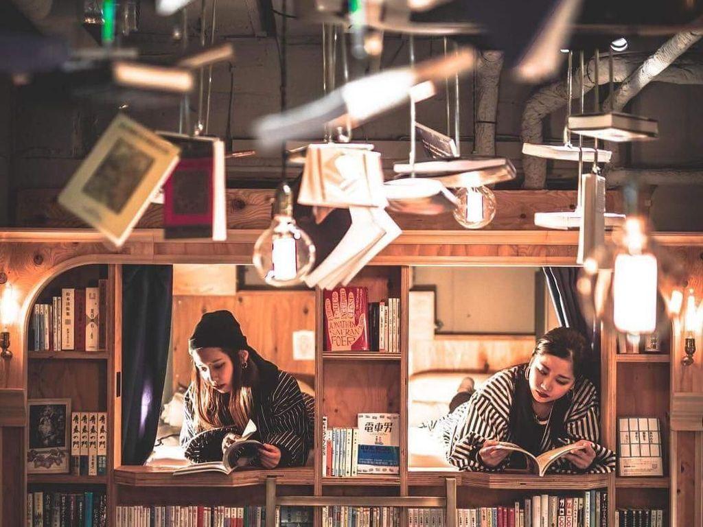 Menginap Dalam Rak Buku di Jepang, Mau Coba?