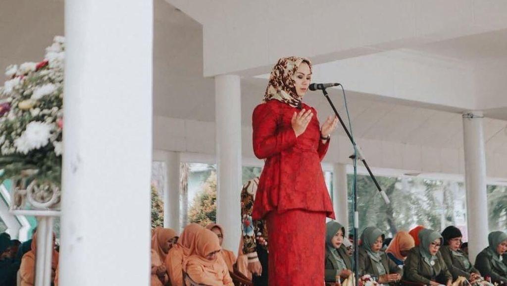 Foto: 9 Gaya Hijab Tanpa Peniti Ala Bupati Karawang