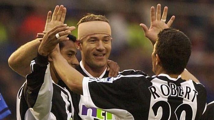 10. Newcastle United pernah diuntungkan dengan kemesraan Laurent Robert (2001–2006) dan Alan Shearer (1996–2006). Perpaduan mereka ditandai dengan 14 assist Robert untuk Shearer. (Foto: Stu Forster/Getty Images)