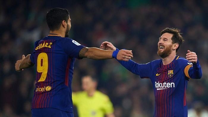 SEVILLE, SPAIN - JANUARY 21:  Lionel Messi of FC Barcelona  celebrates after scoring the second goal for FC Barcelona with his team mate Luis Suarez of FC Barcelona  during the La Liga match between Real Betis and Barcelona at Estadio Benito Villamarin on January 21, 2018 in Seville, .  (Photo by Aitor Alcalde/Getty Images)