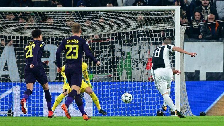 Tuan rumah memulai dengan amat baik, saat Gonzalo Higuain mencetak gol di menit kedua menyambut umpan tendangan bebas dari Miralem Pjanic. (Foto: Massimo Pinca/REUTERS)