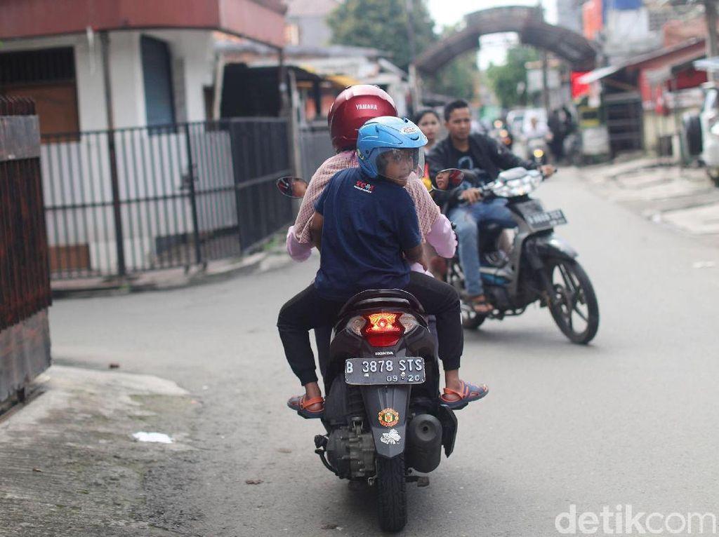 Ojek Cinta Suhartini Rajin Ingatkan Anak Pakai Helm