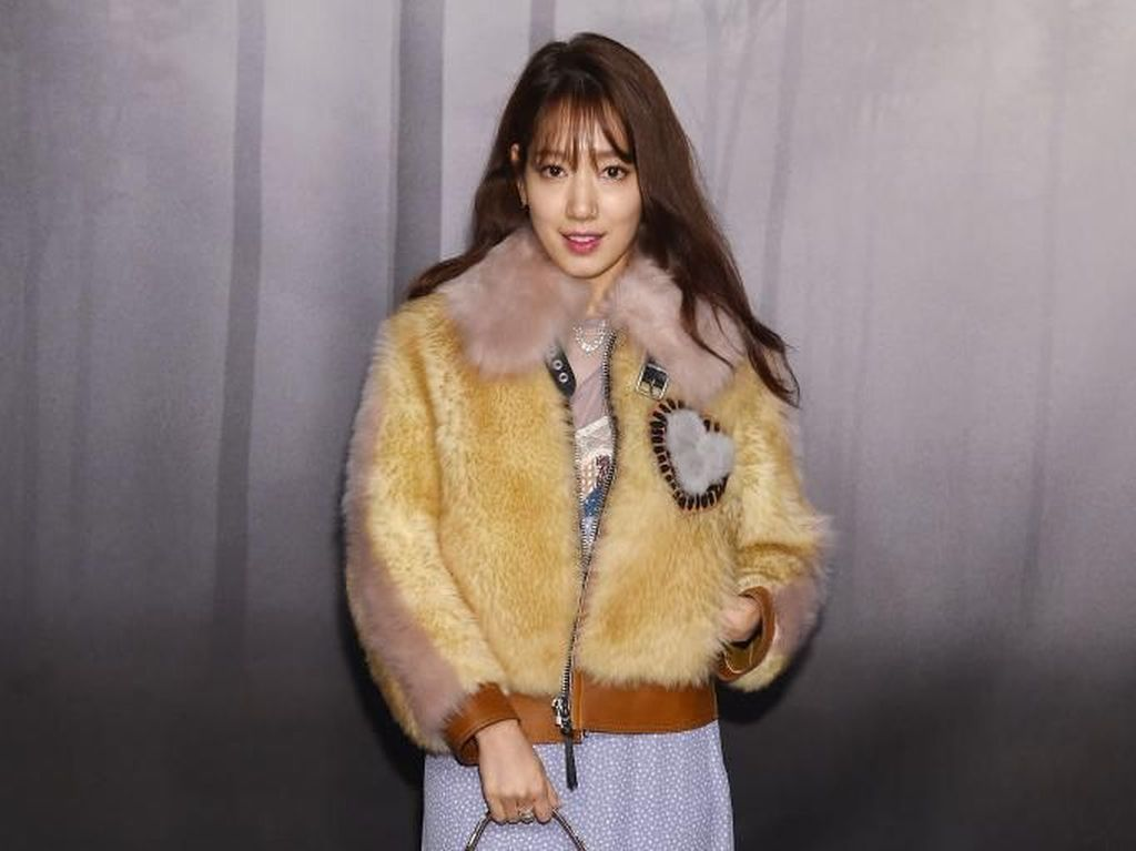 Adu Gaya Park Shin Hye & Selena Gomez di Show Coach, Siapa Paling Stylish?