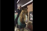 Unik! Wanita Ini Kendarai Kuda untuk Pesan Menu Wendy's Lewat Drive-Thru