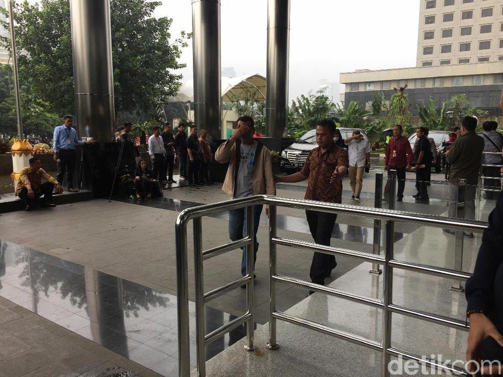 Pakai Masker, 4 Orang yang Kena OTT Lampung Tengah Tiba di KPK