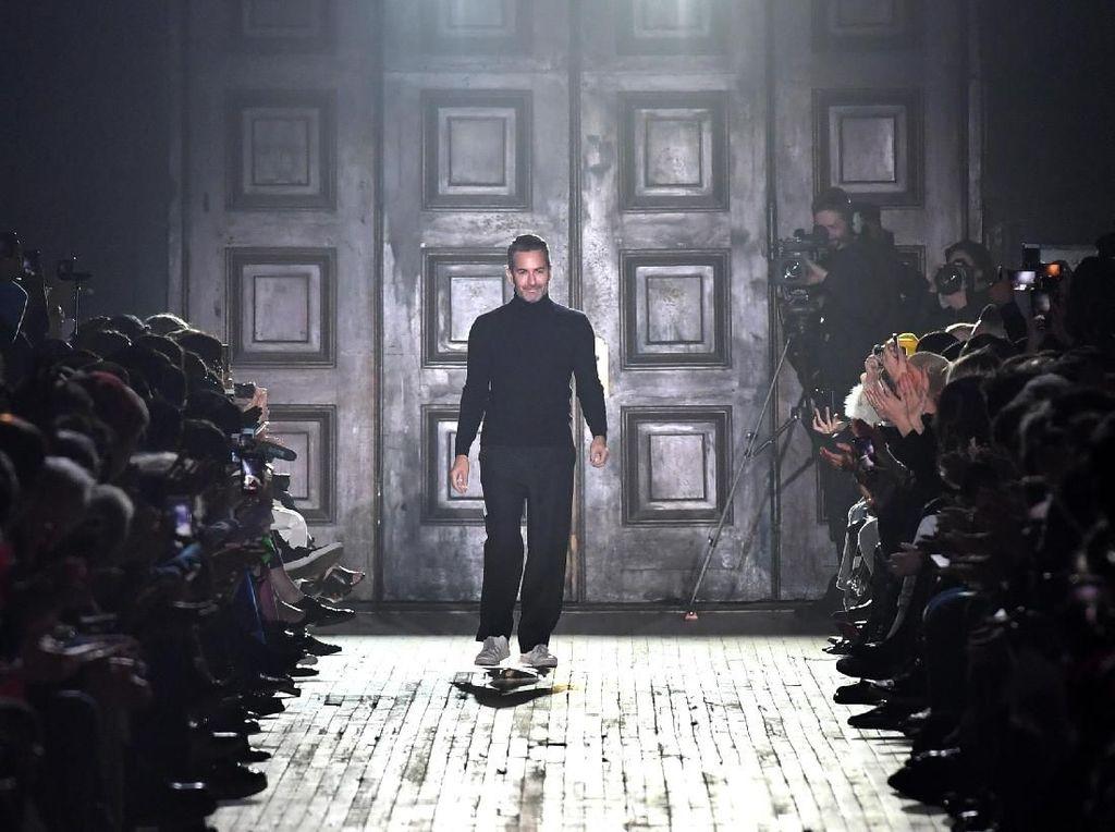 Marc Jacobs Dituduh Sengaja Ngaret Fashion Show 1,5 Jam karena Rihanna